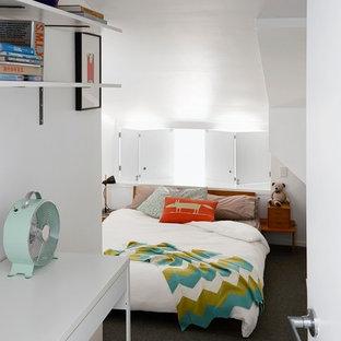 Ejemplo de dormitorio tipo loft, contemporáneo, de tamaño medio, sin chimenea, con paredes blancas, moqueta y suelo gris