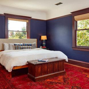 Ispirazione per una camera da letto vittoriana con pareti blu, pavimento in legno massello medio e pavimento marrone