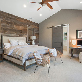 Imagen de dormitorio principal, campestre, de tamaño medio, con paredes verdes y moqueta