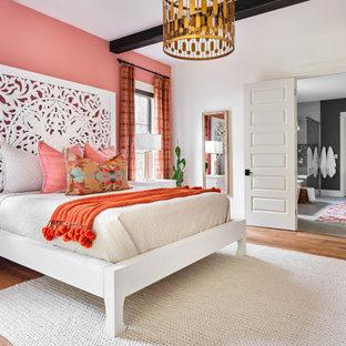 Foto de dormitorio tradicional renovado con parades naranjas, suelo de madera en tonos medios y suelo marrón