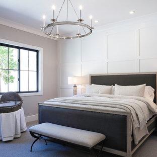 Immagine di una camera matrimoniale classica di medie dimensioni con pareti grigie, moquette e pavimento grigio