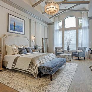 Esempio di una grande camera matrimoniale tradizionale con pareti grigie, pavimento in legno massello medio, nessun camino, pavimento marrone, soffitto a volta e boiserie