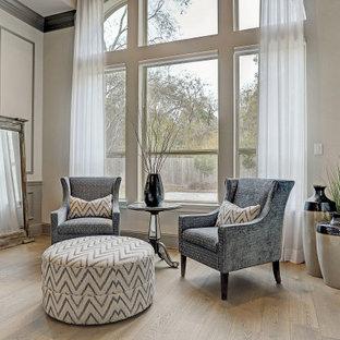 Esempio di una grande camera matrimoniale chic con pareti grigie, pavimento in legno massello medio, nessun camino, pavimento marrone, soffitto a volta e boiserie