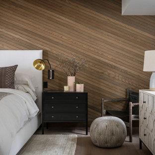 Lantlig inredning av ett sovrum, med bruna väggar, mellanmörkt trägolv och brunt golv
