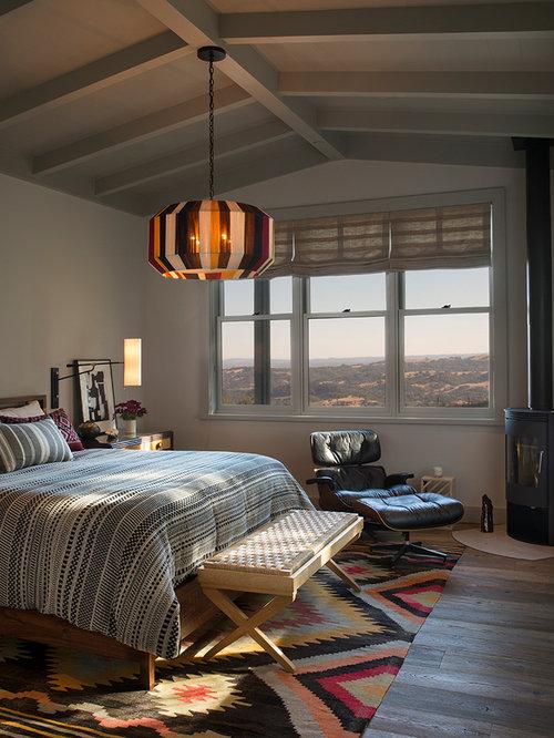 Landhaus Schlafzimmer Mit Weißer Wandfarbe, Braunem Holzboden, Kaminofen  Und Braunem Boden In San Francisco