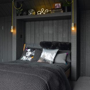 Foto på ett eklektiskt sovrum, med heltäckningsmatta, grått golv och svarta väggar