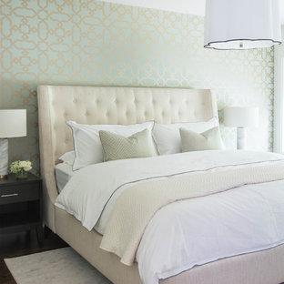 Idée de décoration pour une chambre tradition avec un mur vert et un sol en bois foncé.