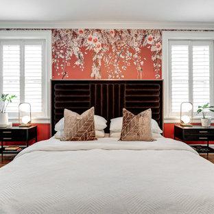 Exempel på ett klassiskt gästrum, med grå väggar, mellanmörkt trägolv och brunt golv