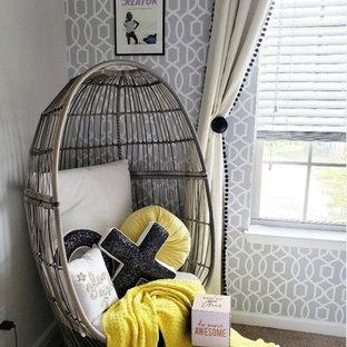 Ispirazione per una piccola camera da letto classica con pareti bianche, moquette, pavimento giallo e carta da parati