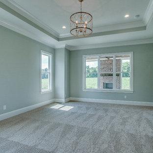 Diseño de dormitorio clásico, grande, con paredes beige, suelo de madera oscura, chimenea tradicional y marco de chimenea de ladrillo