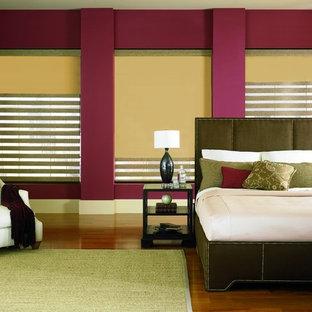 Diseño de dormitorio principal, contemporáneo, de tamaño medio, sin chimenea, con paredes rojas, suelo de madera en tonos medios y suelo marrón