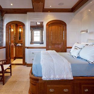 Diseño de dormitorio principal, costero, de tamaño medio, sin chimenea, con paredes blancas y suelo de travertino