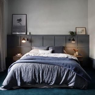 Cette photo montre une grand chambre tendance avec un sol bleu et un mur blanc.