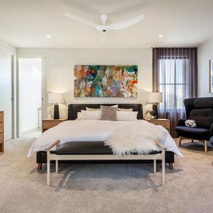 Réalisation d'une chambre design de taille moyenne avec un mur blanc, un sol beige et aucune cheminée.
