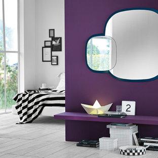 Foto de dormitorio principal, bohemio, de tamaño medio, con paredes púrpuras, suelo de madera clara y suelo blanco