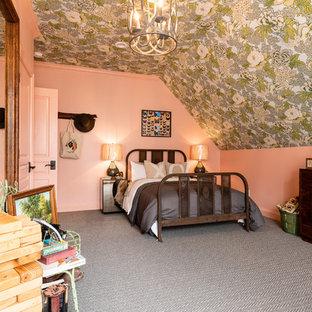 Diseño de habitación de invitados de estilo de casa de campo, de tamaño medio, con moqueta, paredes rosas y suelo gris