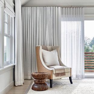ニューヨークの広いコンテンポラリースタイルのおしゃれな主寝室 (白い壁、淡色無垢フローリング、標準型暖炉、漆喰の暖炉まわり) のレイアウト