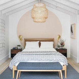 Modelo de dormitorio nórdico con paredes multicolor y suelo de madera clara