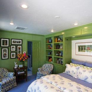 Свежая идея для дизайна: маленькая гостевая спальня в классическом стиле с зелеными стенами, ковровым покрытием и синим полом - отличное фото интерьера