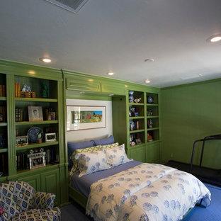 Immagine di una piccola camera degli ospiti classica con pareti verdi, moquette e pavimento blu
