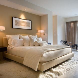 Idéer för ett modernt huvudsovrum, med beige väggar och travertin golv