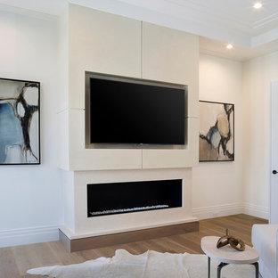 マイアミの広いコンテンポラリースタイルのおしゃれな主寝室 (白い壁、無垢フローリング、横長型暖炉、漆喰の暖炉まわり、茶色い床) のインテリア