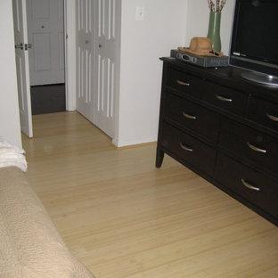 Idee per una camera da letto con pavimento in bambù e pavimento giallo