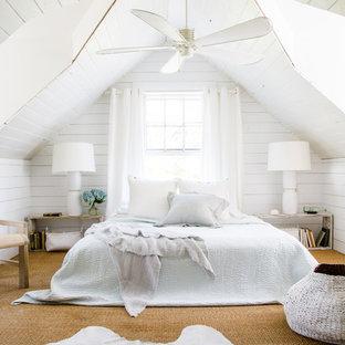 ジャクソンビルのビーチスタイルの主寝室の画像 (白い壁、カーペット敷き、ベージュの床)