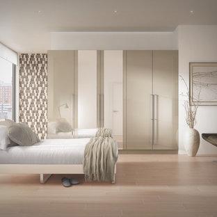 Ejemplo de dormitorio tipo loft, contemporáneo, de tamaño medio, sin chimenea, con paredes beige y suelo vinílico