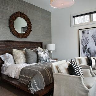 Immagine di una camera da letto rustica con pareti grigie, moquette e pavimento grigio