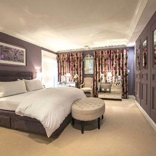 Imagen de dormitorio principal, actual, grande, con paredes púrpuras y moqueta
