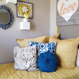 Foto di una piccola camera degli ospiti stile shabby con pareti marroni