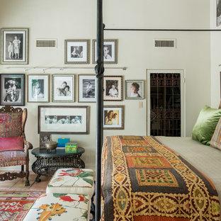 Modelo de dormitorio principal, bohemio, grande, con paredes beige y suelo de baldosas de terracota