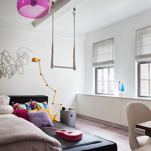 Immagine di una camera matrimoniale contemporanea di medie dimensioni con pareti bianche, moquette e pavimento viola