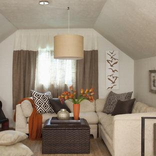 Immagine di una camera da letto boho chic con pareti beige, pavimento in legno massello medio e stufa a legna