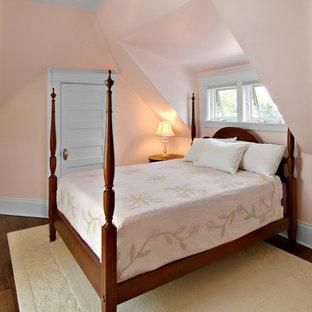 Ispirazione per una camera matrimoniale stile americano con pareti rosa e parquet scuro