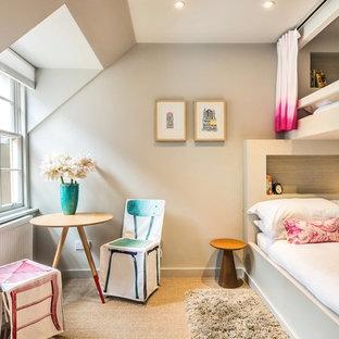 Inspiration pour une chambre d'amis bohème avec un mur beige.