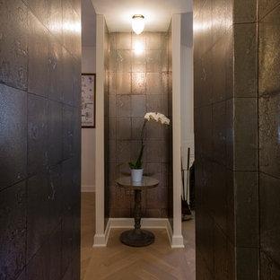 Idee per una piccola camera matrimoniale bohémian con pareti grigie, parquet chiaro, camino ad angolo, cornice del camino in pietra e pavimento multicolore