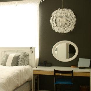 Foto de dormitorio bohemio con paredes marrones
