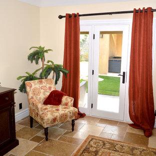 Modelo de dormitorio principal, tradicional, de tamaño medio, con paredes beige, suelo de travertino y suelo multicolor