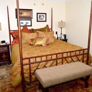 Ejemplo de dormitorio principal, tradicional, de tamaño medio, con paredes beige, suelo de travertino y suelo multicolor