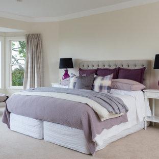 Immagine di una camera degli ospiti shabby-chic style di medie dimensioni con pareti beige, moquette, nessun camino e pavimento beige
