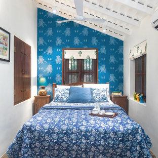 Идея дизайна: спальня в современном стиле с белыми стенами, серым полом, балками на потолке и сводчатым потолком