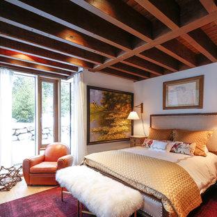 Idéer för ett stort rustikt gästrum, med vita väggar och ljust trägolv