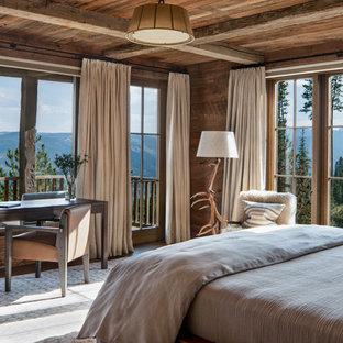 Ispirazione per una camera degli ospiti stile rurale con pareti marroni e nessun camino