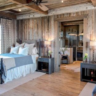 Bild på ett stort lantligt gästrum, med ljust trägolv