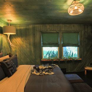 Diseño de dormitorio principal, de estilo de casa de campo, de tamaño medio, con paredes verdes y suelo vinílico