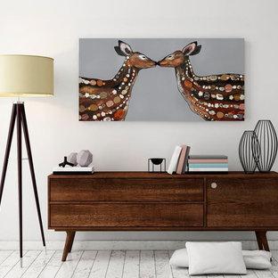 Ejemplo de habitación de invitados retro con paredes blancas, suelo laminado y suelo multicolor