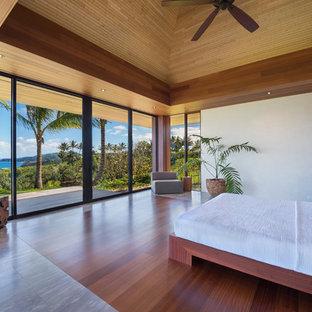 Esempio di una grande camera matrimoniale tropicale con pareti beige, pavimento in marmo, nessun camino e pavimento beige