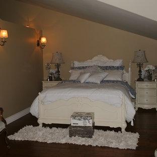 Imagen de habitación de invitados rural, de tamaño medio, sin chimenea, con paredes beige y suelo de corcho